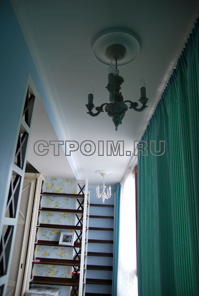 Дизайн люстр и освещения для присоединенной лоджии в спальне.
