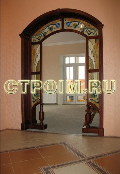 входные арочные двери с витражом